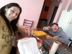 Aquí vemos a Lucas Y su mamá trabajando juntos la organización del día, aplicando el estilo de nuestra escuela