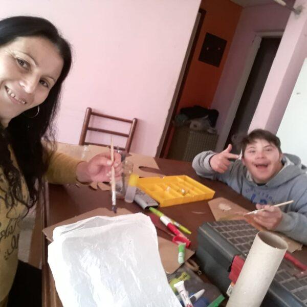 Aquí vemos a Lucas y su mamá trabajando juntos la organización del día, aplicando el estilo de nuestra escuela.
